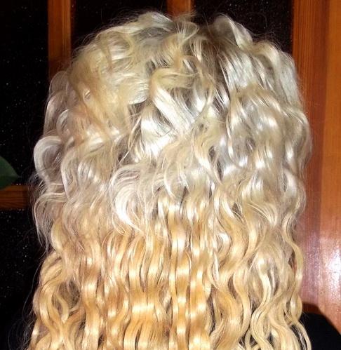 Светлые нарощенные волосы с укладкой американской волной